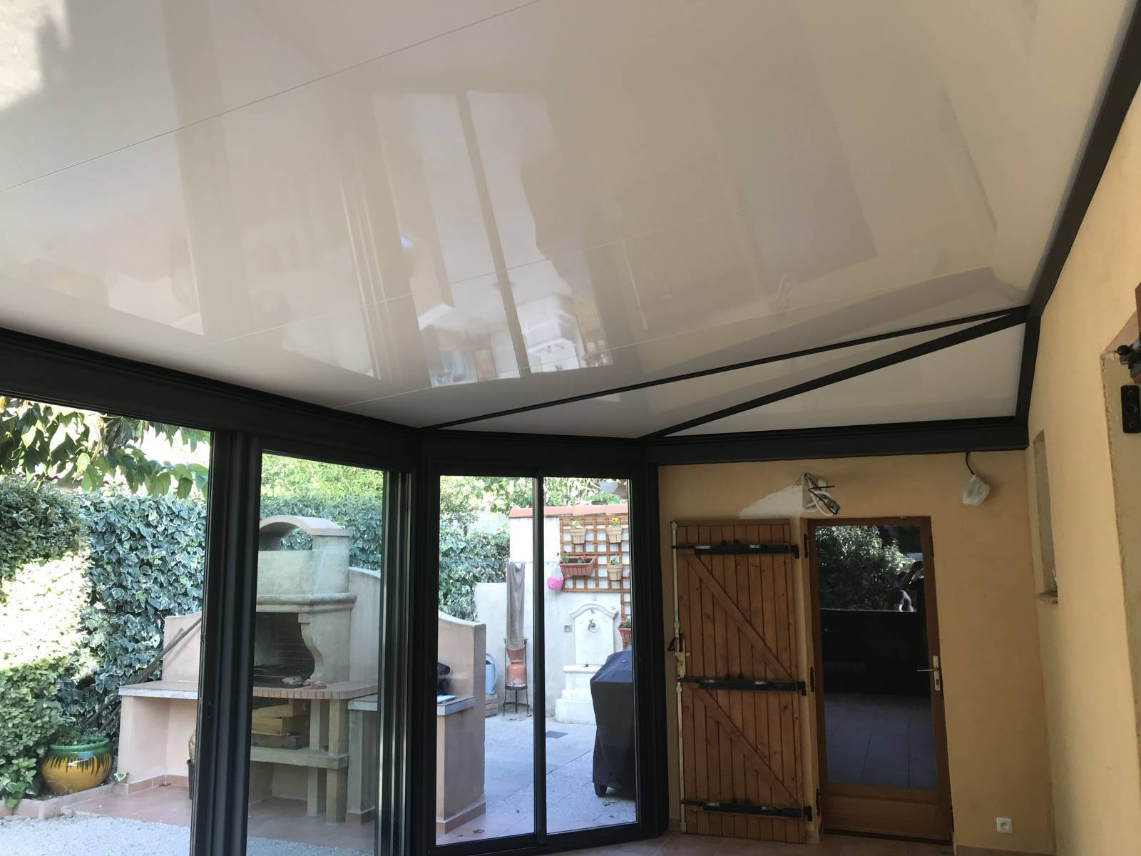 Vente, création, fourniture et pose d'une véranda aluminium avec toiture à 5 pentes pour une ...