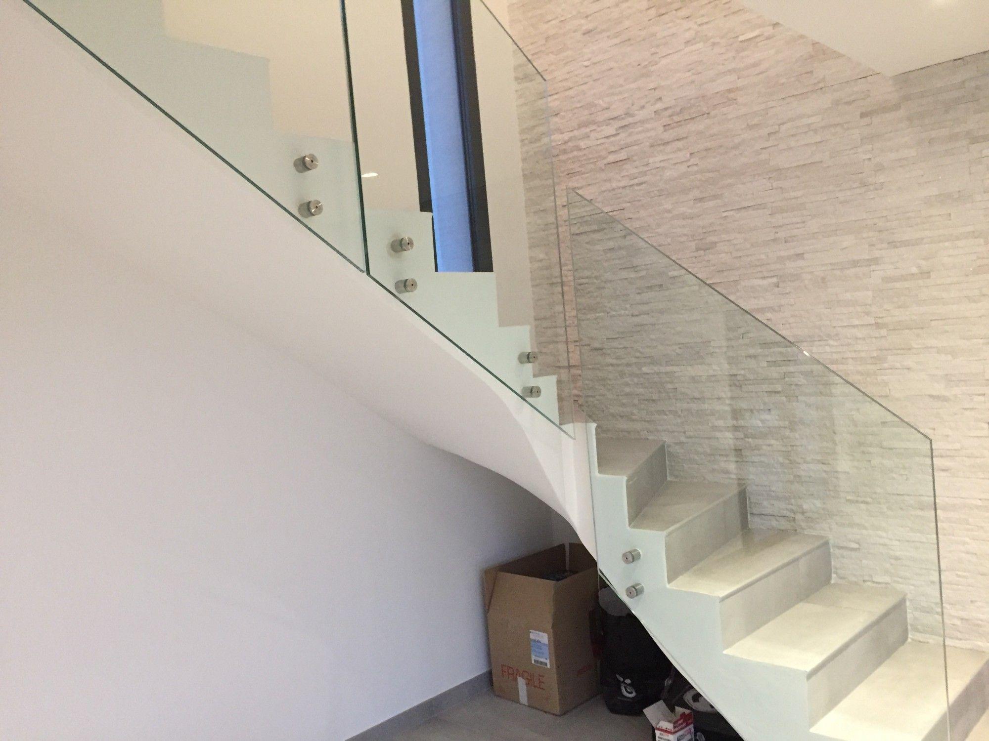 Garde-corps tout verre pour un escalier d\'intérieur design à ...