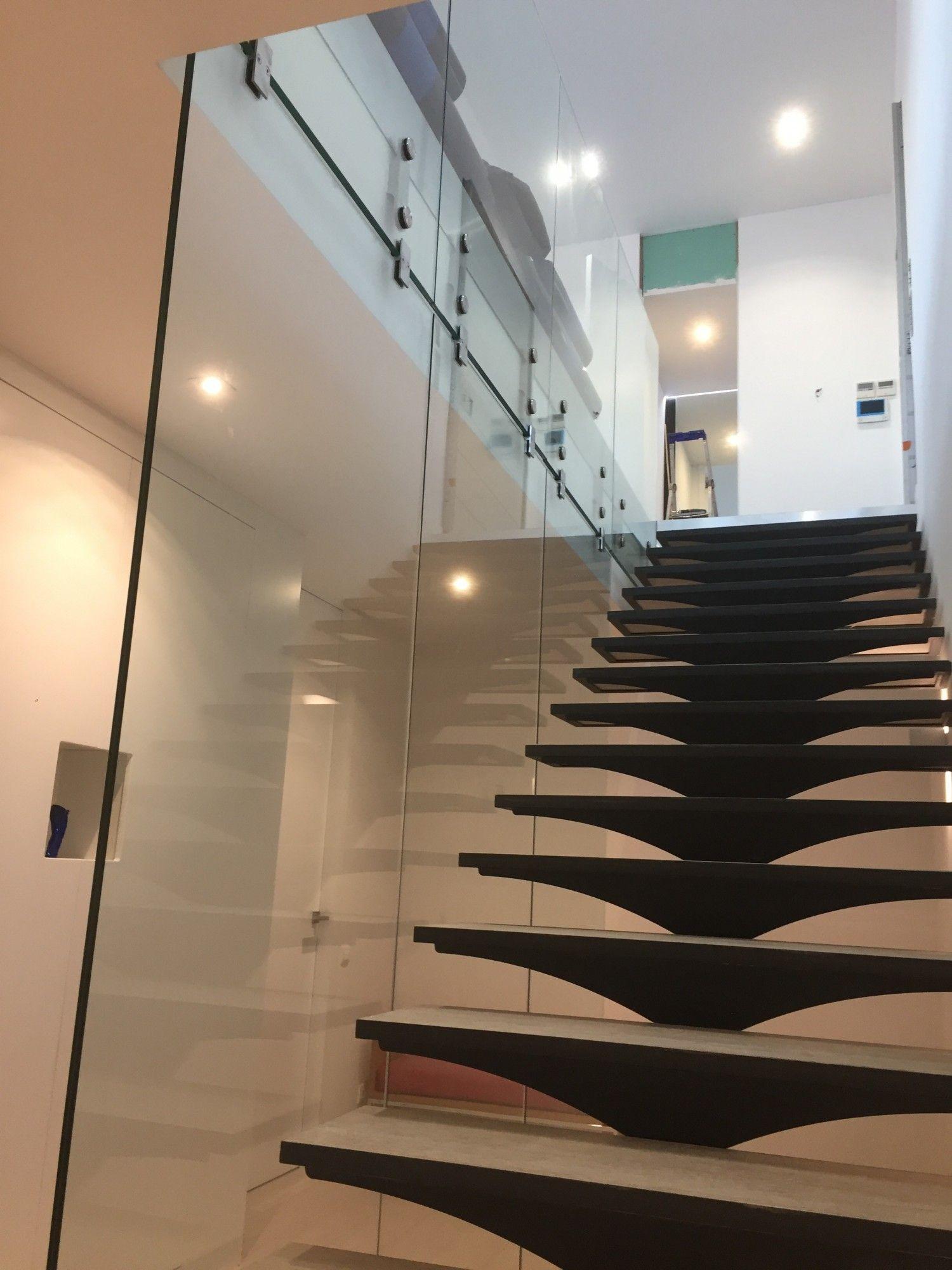 Un garde-corps en verre pour un escalier d\'intérieur design - Alberstore