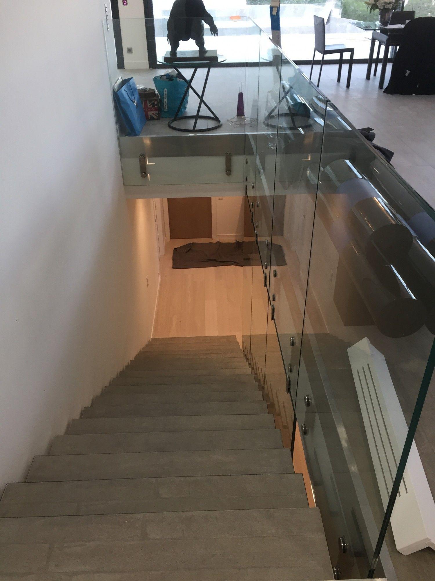 un garde corps en verre pour un escalier d 39 int rieur design alberstore. Black Bedroom Furniture Sets. Home Design Ideas
