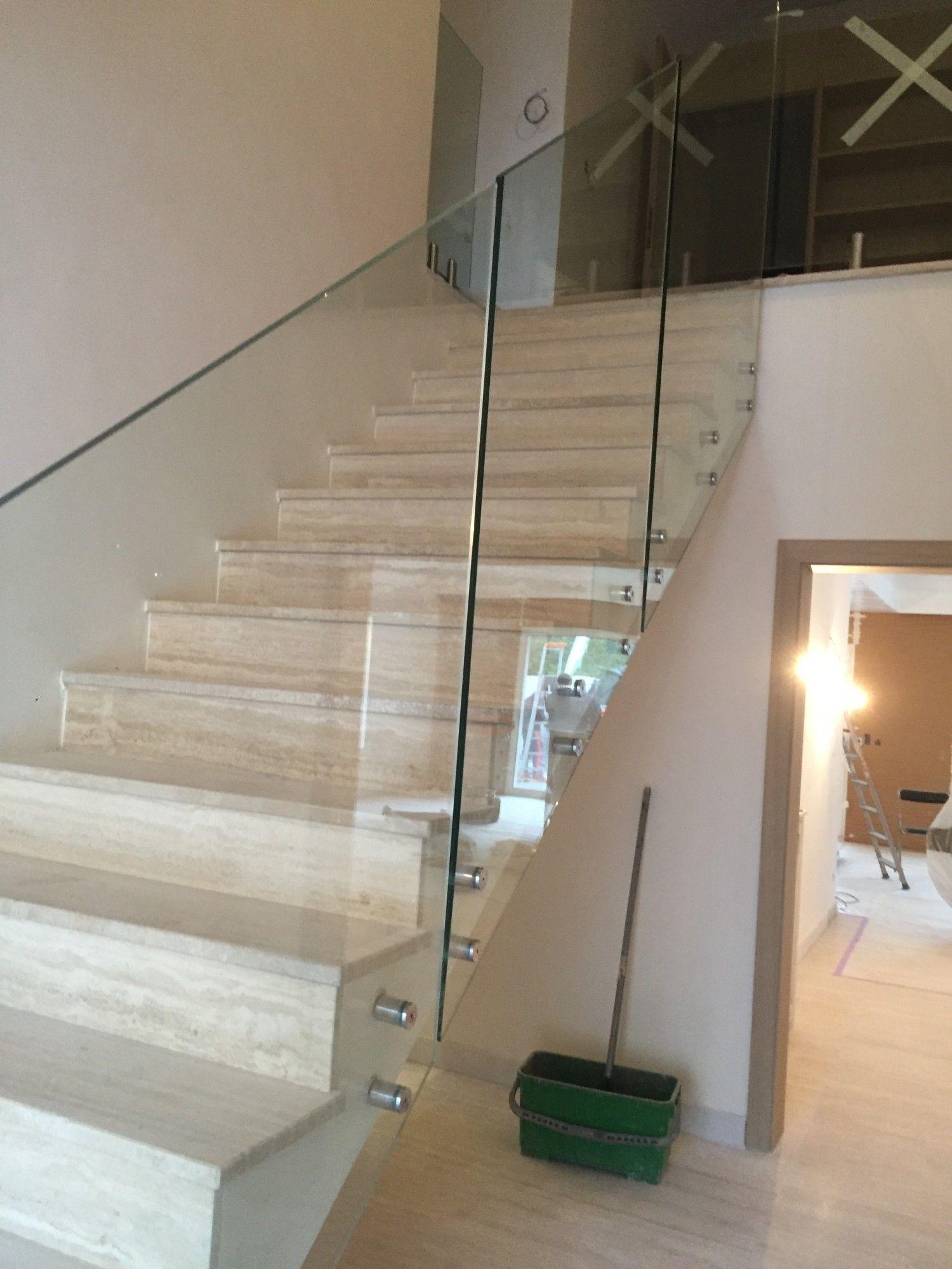 fourniture et pose d 39 un garde corps en verre pour escalier. Black Bedroom Furniture Sets. Home Design Ideas