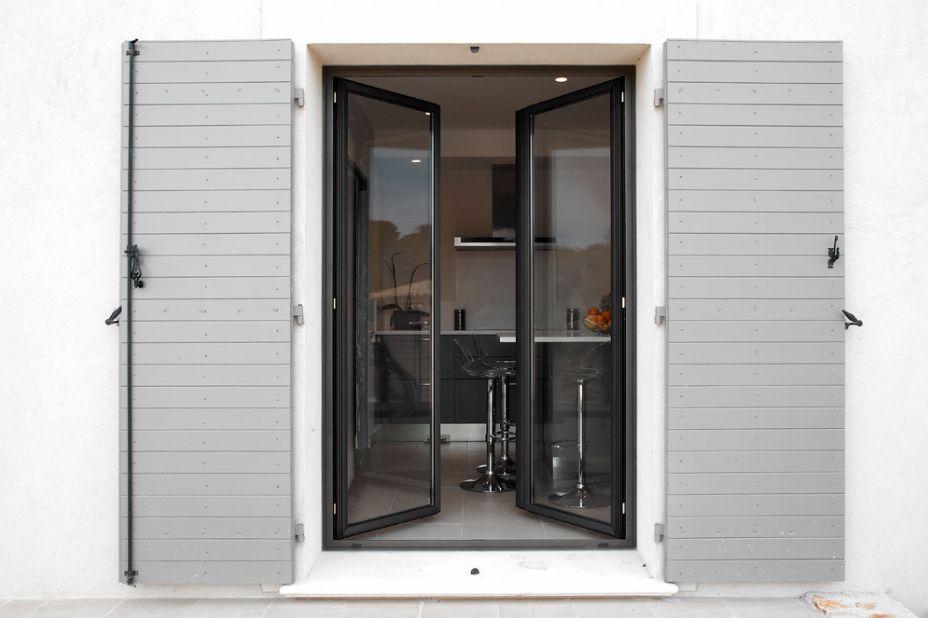 Pose d 39 une porte fen tre 2 vantaux en aluminium alberstore - Pose d une porte ...